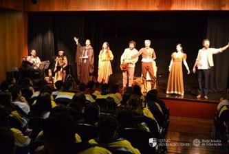Alunos assistem à peça Dom Quixote do Grupo RIA