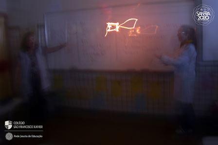 1ªs séries usam laboratório de química para realizar experimentos