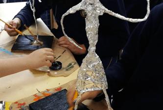 Oitavos anos aprendem a fazer esculturas na aula de artes
