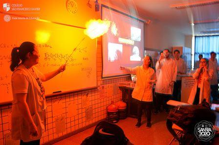 2ª série faz experimentos no laboratório de química do Colégio