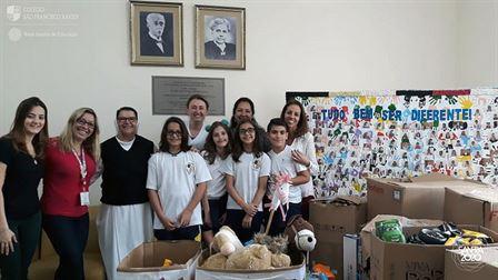 Xaverianos dos 5ºs anos distribuem brinquedos na FUNSAI