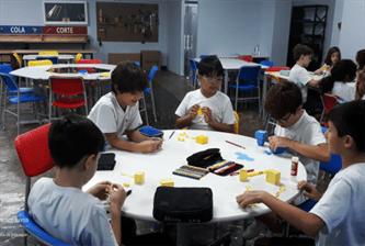 5º ano explora a tridimensionalidade construindo Paper Toys