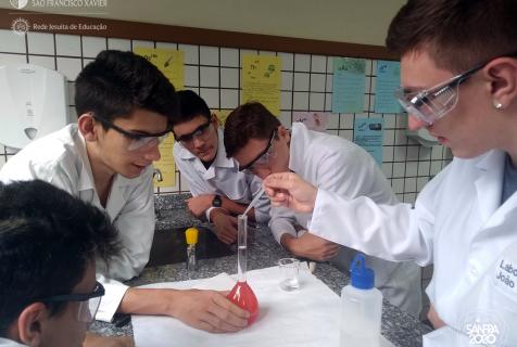 Xaverianos aprendem sobre órgãos reguladores na aula de química