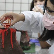 Estudantes criam maquete e simulam erupção vulcânica